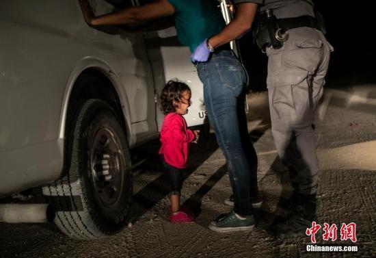 2019荷賽獎年度圖片:美墨邊境哭泣的小女孩 John Moore(Getty Images) 攝