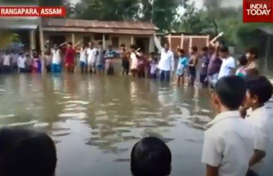 1年前站在洪水中向印度国旗敬礼的9岁男孩 或将被驱逐出境
