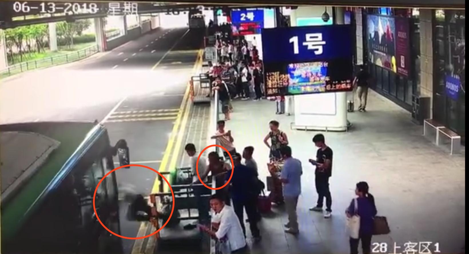 公交进站瞬间,一须眉将前线候车白叟踹下站台。监控截图