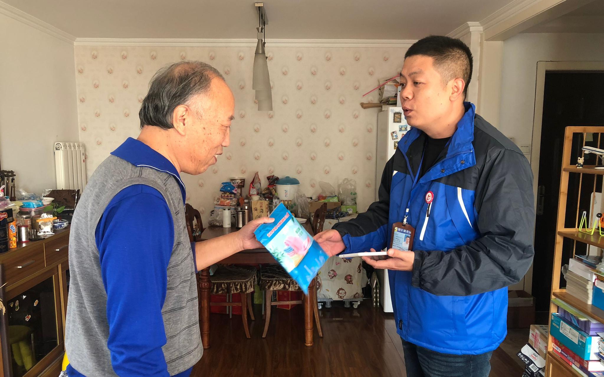 查询拜访员在野阳常营保利社区展开进户注销事情。北京市统计局供图