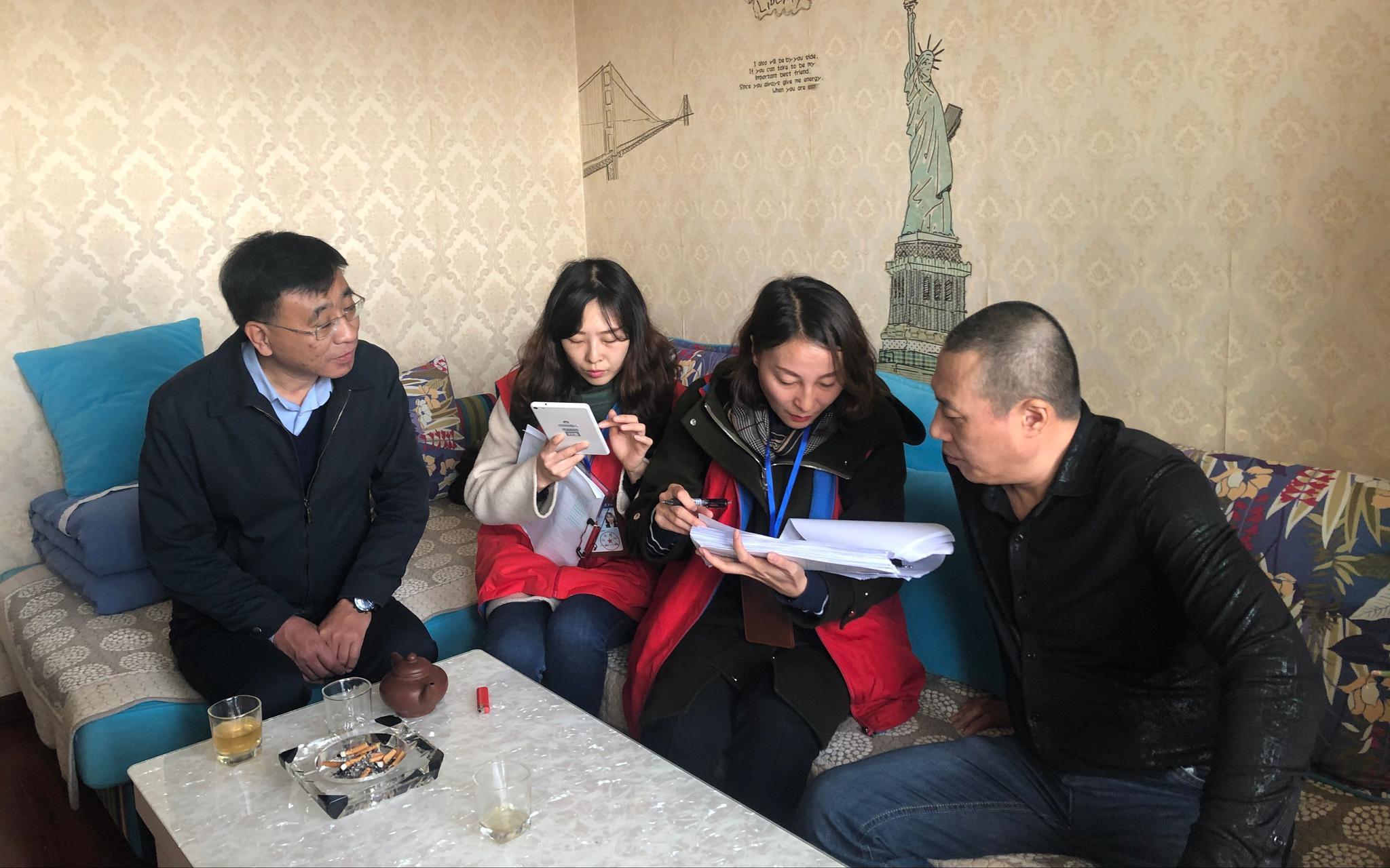 查询拜访员正在通州戏班怡然世家小区停止进户注销。北京市统计局供图