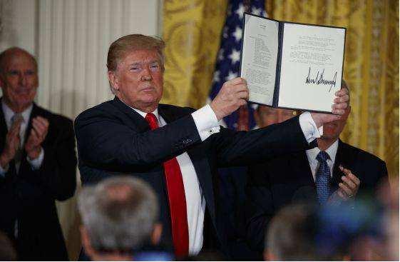 資料圖片:美國總統川普2018年12月簽署法案設立太空軍。(圖片來源於網絡)