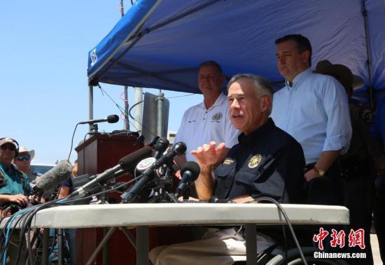 图为得克萨斯州州长召开新闻发布会。 中新社记者 曾静宁 摄