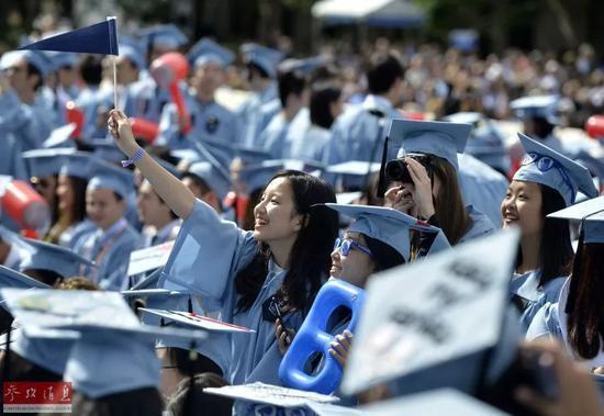 资料图片:2015年5月20日,几名来自中国的学生现身哥伦比亚大学毕业典礼。