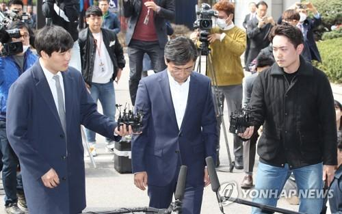 3月28日下午,在首尔西部地方法院,安熙正低头走向法院,准备接受有关性侵案的逮捕必要性审查。(图片来源:韩联社)