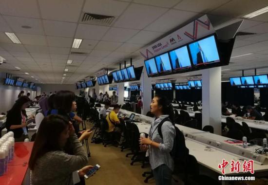 各国记者在媒体中心进行报道。 徐方清 摄