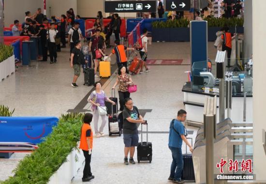 10月7日,香港西九龙站迎来返程客流,但客流量比去年同期大幅减少。中新社记者 张炜 摄