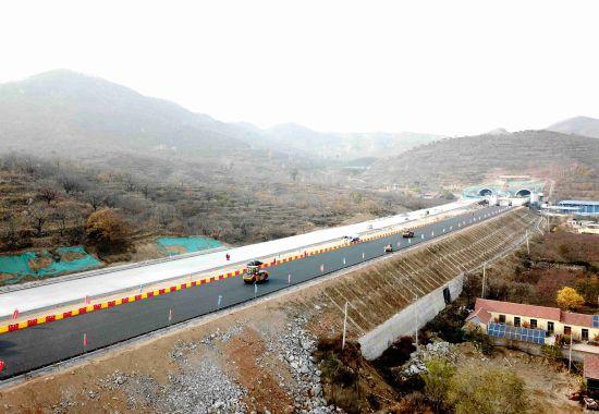 济泰高速公路葛洲坝总包部二分部完成路面试验段施工