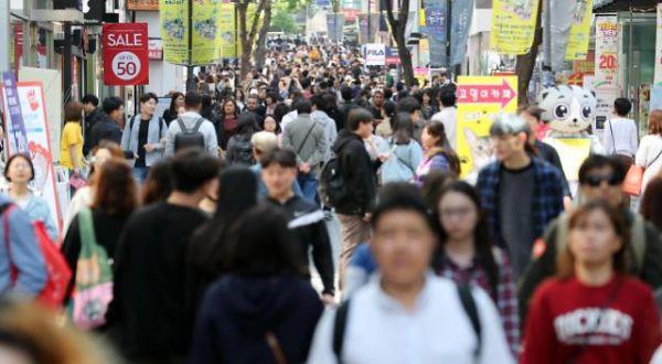5月4日下午,首尔明洞街头熙熙攘攘的游客。(韩联社)