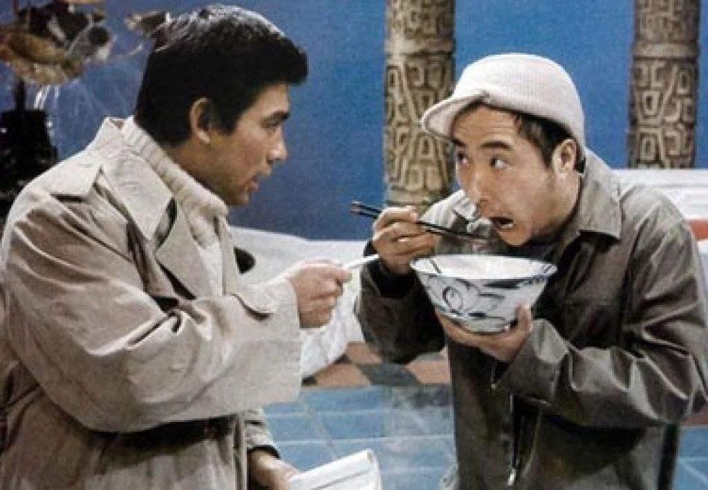 朱时茂、陈佩斯表演《吃面条》。