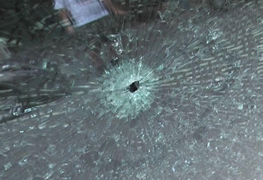 可怕!车辆挡风玻璃碎裂有圆形孔,疑用仿真枪所为!
