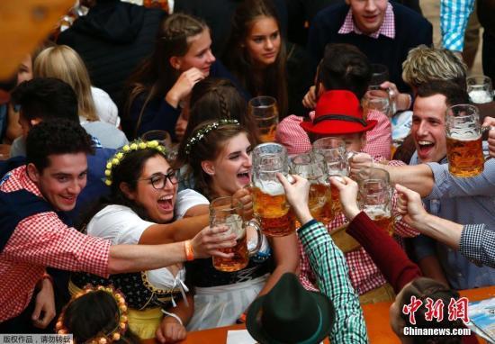 资料图:德国慕尼黑啤酒节,民众畅饮啤酒。
