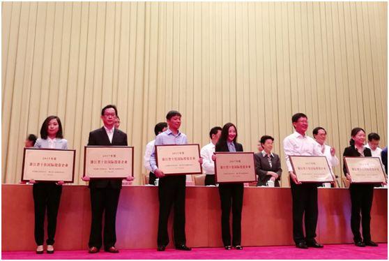 右三:玫琳凯中国副总裁张晶女士