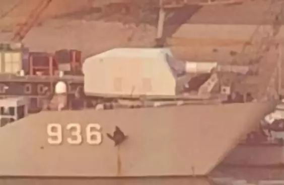 网友拍摄的安装电磁炮的072型登陆舰(感谢 微博网友 @AndrewTear )
