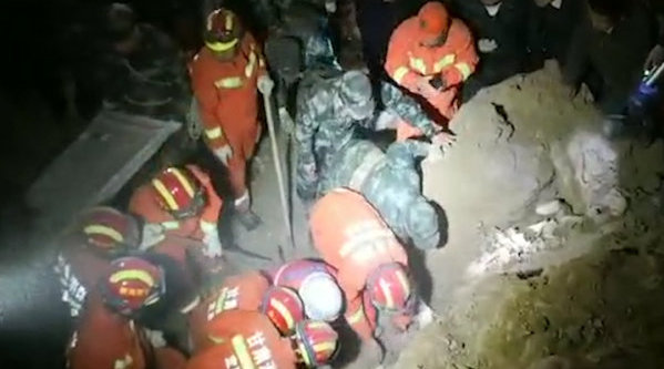 :3户农家被埋,消防救援4小时