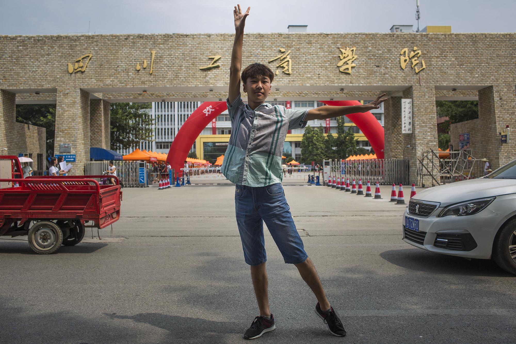 2018年8月30日,大学生刘春莹在四川工商学院门口展示舞蹈动作。2017年,刘春莹以舞蹈艺术生的身份考入四川工商学院。受访者供图