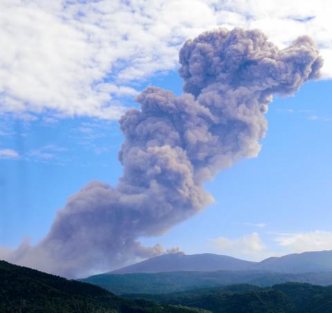 新燃岳2个多月后再次爆炸性喷发 烟尘高达2600米