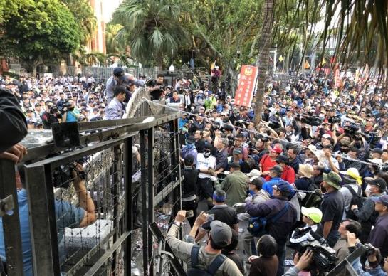 """4月25日,台湾""""八百壮士""""在台立法机构举行抗议。(资料图)"""