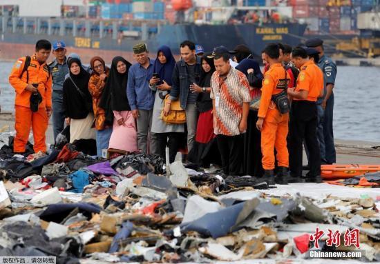 资料图:当地时间2018年11月1日,印尼雅加达,印尼狮航JT610客机坠海搜救已进入第四天,遇难者遗物摆满一地,家属辨认。