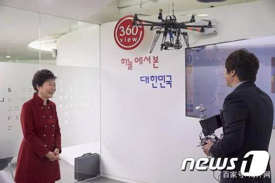 朴槿惠在看工作人员操作无人机