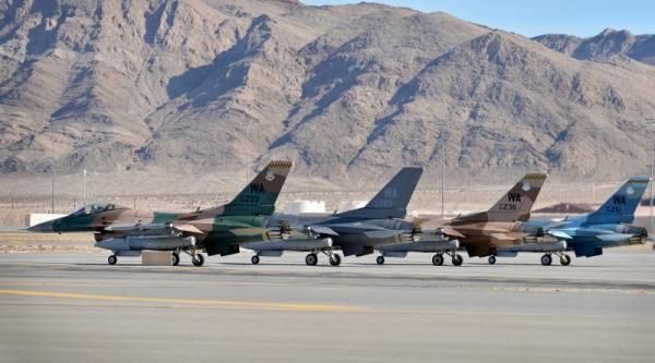 """在""""红旗18-1""""演习期间,美军在内利斯空军基地附近长时间进行GPS干扰,以模拟在GPS干扰环境下的空战组织方法,图为参演的""""入侵者""""中队F-16战斗机"""