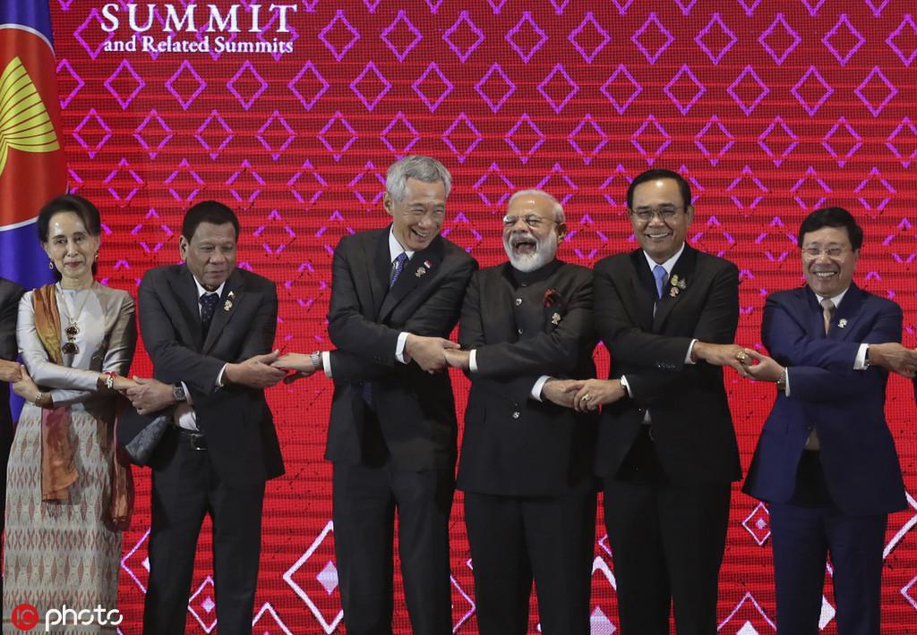 2019年11月3日,印度总理莫迪取东盟指导人开影时年夜笑 图源:IC Photo