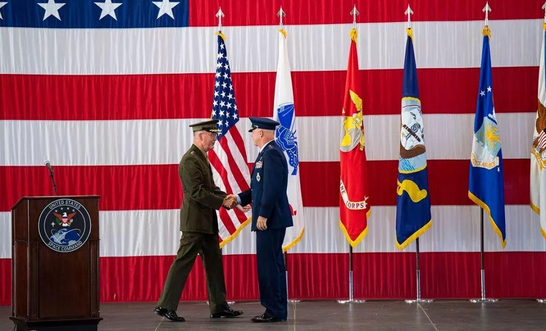 ▲邓福德(左)与雷蒙德(右)参加太空司令部组建仪式。(美国国防部网站)