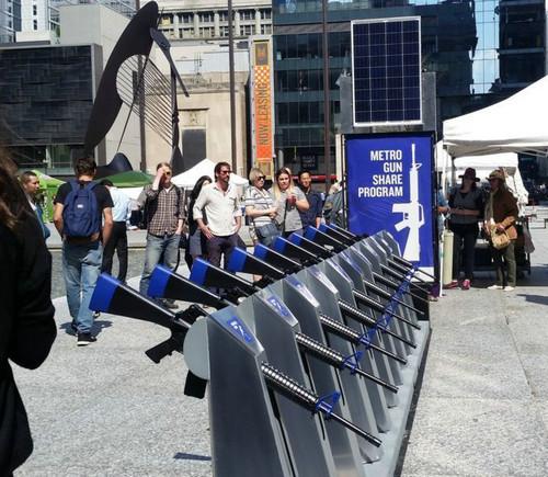 """资料图片:美国芝加哥出现一个名为""""枪支共享计划""""的装置艺术。(台湾联合新闻网)"""