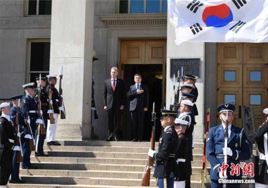 資料圖:當地時間2019年4月1日,美國國防部代理部長沙納漢與韓國國防部長官鄭景鬥在五角大樓舉行會晤。中新社記者 陳孟統 攝