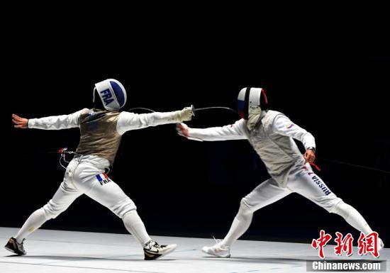 俄罗斯选手蒂穆尔·萨芬获得武汉军运会男子个人花剑冠军