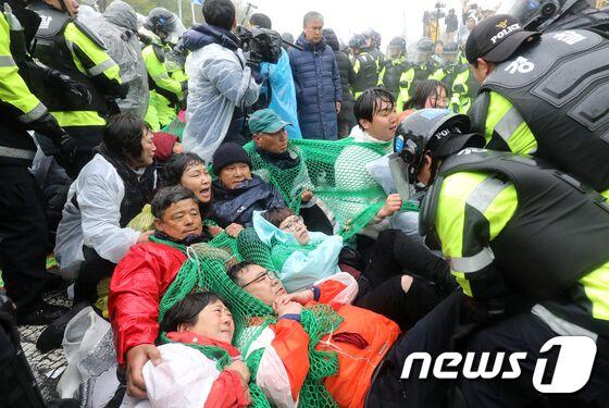 """3千韩警强制疏散200余名""""反萨德""""居民:10余人受伤"""