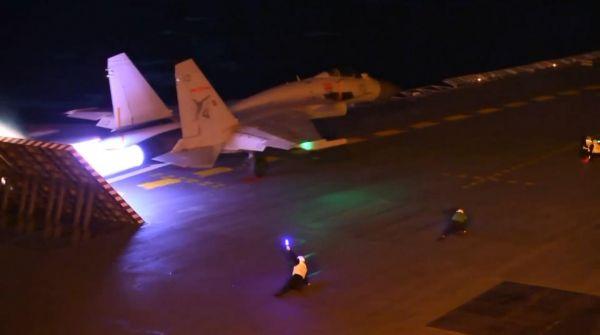 資料圖:殲-15在遼寧艦上練習夜間起降。