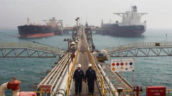 在伊朗位於波斯灣沿岸的一處港口,遊輪正在進行裝油作業。(美國雅虎新聞網站)
