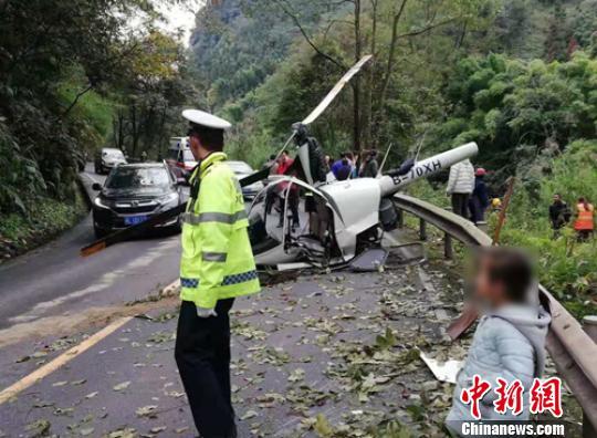 机上有两名驾驶员 (图稿)四川峨眉山一小型直升飞机迫降时发生意外2名飞