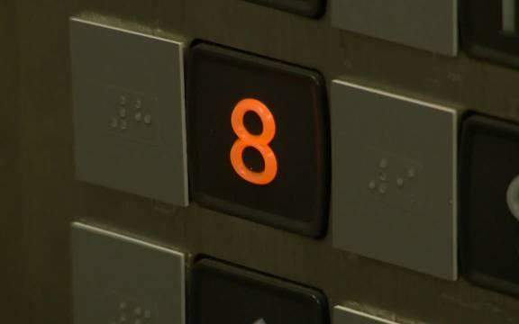 乘电梯到8层的人接连跳楼,清洁工怀着好奇心,也到了8楼