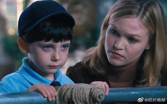 男孩和妈妈去动物园 蓝色眼睛直视前方 动物们吓得暴躁发狂