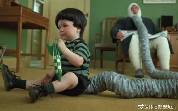小男孩天生排气异常,被周围人当成怪物,父亲只能用袋子封住