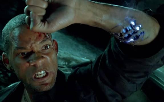 2035年机器人反攻人类,男子受伤后变机械手臂成英雄,高分科幻片