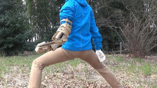 """日本小哥用纸板打造《只狼》""""机械斧"""" 还原度爆表"""