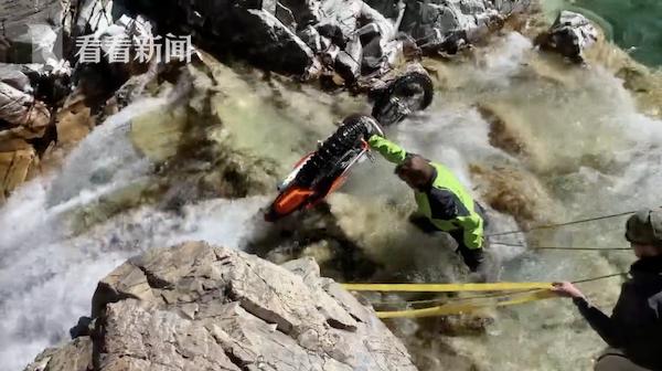 摩托车手意外冲出悬崖 掉落20米竟奇迹站起来