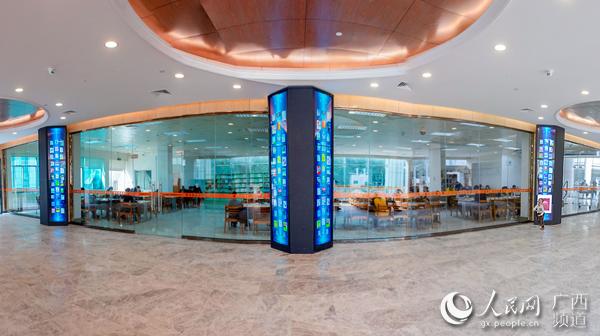 广西图书馆的瀑布流电子借阅机