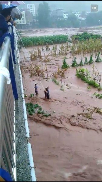 大桥上演洪水营救 救命绳拉起8人救人者却被卷走