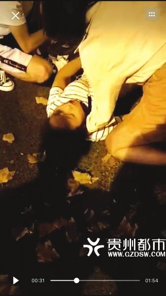 刘婷跪在地上救人。 视频截图