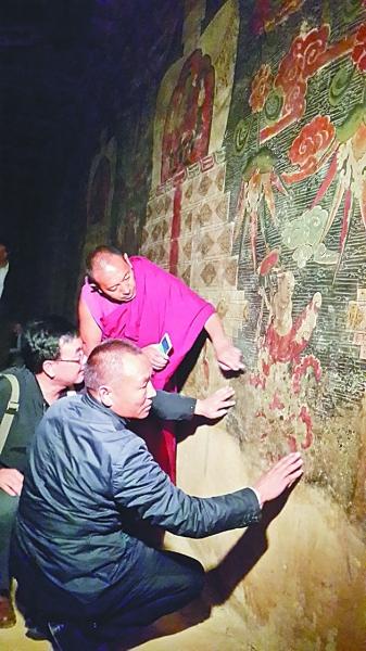 哲蚌寺僧人在与专家一起商讨寺内壁画的修复方案。李韵 摄