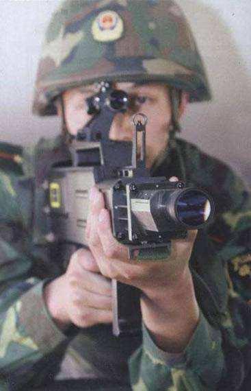 资料图片:中国国产单兵便携式激光枪。(图片来源于网络)