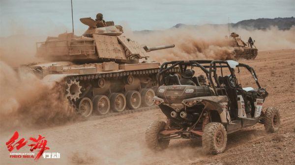 资料图片:电影《红海行动》拍摄坦克战的花絮照片。(图片来源于网络)