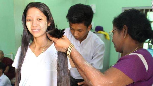图为一名女子在缅甸仰光剪掉她的头发。