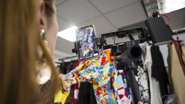 ShopShops直播主要来自纽约,迈阿密和洛杉矶的精品店。(美国《洛杉矶时报》网站)