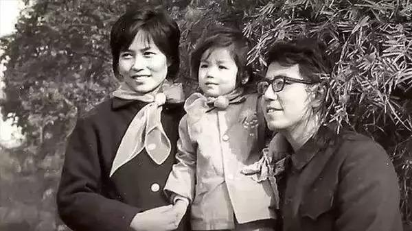 李飞飞和父母的合影
