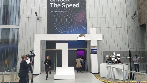 资料图片:当地时间2018年10月29日上午11点(北京时间10月29日晚11点),一加科技在美国纽约推出了新一代全速旗舰一加6T手机。(视觉中国)